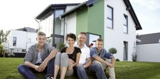 Familie Ohloff vor ihrem Finger-Haus