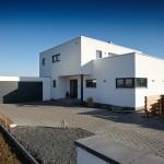 Fertighaus Bauhaus Außenansicht Eingangsbereich mit Garage