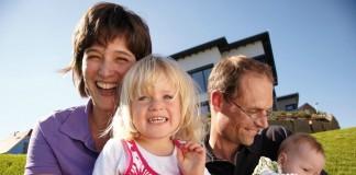 Familie Leuthold vor ihrer Fertighaus Stadtvilla