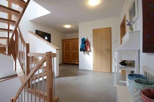 Hell und großzügig wirkt das Haus auch dank der offenen Treppe.