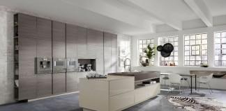 In dieser offenen Lifestyle-Wohnküche wurde an alles gedacht: körpergerechte Arbeitshöhen, kurze Wege, in Griffnähe integrierte Einbaugeräte sowie ein bequemer Sitz-, Arbeits- und Essplatz. (Foto: AMK)