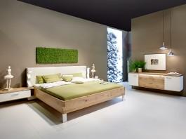 Ein Eiche-Massivholzbett trägt zu erholsamen Schlaf bei. (Foto: IPM/Thielemeyer)