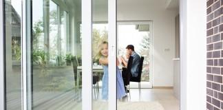 Auch für Kinder sind barrierearme Fenster und Türen kein Problem.