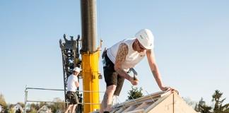 Optimal aufeinander abgestimmt laufen die Arbeitsschritte bei der Montage eines modernen Holz-Fertighauses.