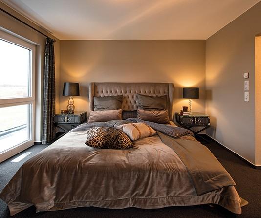 Natürliche Farbtöne tragen im Schlafzimmer zum Relaxen bei.