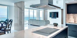 Wie vielseitig und attraktiv Keramikoberflächen sind, zeigen diese beiden Beispiele: eine Wohnküche mit Keramikarbeitsflächen/-fronten. Was auf den ersten Blick wie heller Marmor wirkt, ist eine sehr widerstandsfähige und verschleißfeste Synthetisierung aus Tonerde, Feldspat, Quarzsand und Mineralien.