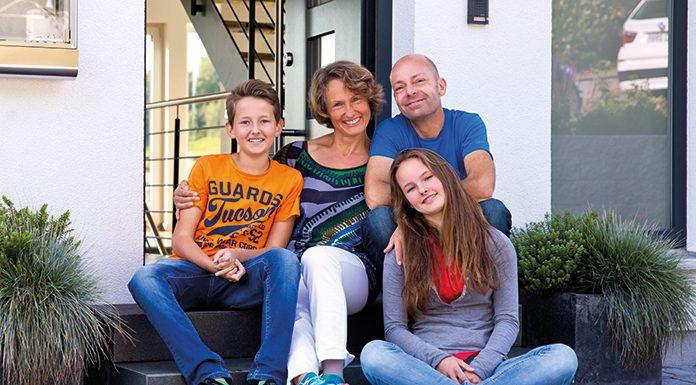 Viel Grund zur Freude: Familie Hofer ist überglücklich - mit ihrem Wohnort, dem Grundstück und natürlich dem Haus.