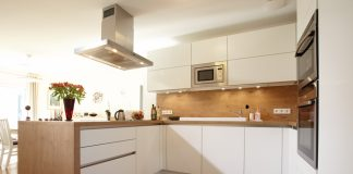 Ein Dunstabzug gehört zur unabdingbaren Ausstattung eine Küche - ein Küchenfenster ist kein Ersatz.