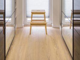 Mit der richtigen Pflege und einem speziellen Reparatursets sieht der Parkettboden lange wie neu aus. (Foto: FingerHaus)