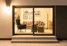 Große Fensterflächen und dunkle Fensterrahmen für den großen Auftritt. (Foto: FingerHaus)