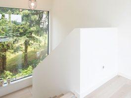 Mitten in der Natur und viel Licht dank großer Fensterflächen. (Foto: FingerHaus)