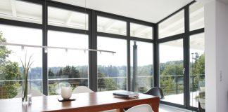 Große Glasflächen ermöglichen Helligkeit durch Tageslicht in den Wohnräumen. (Foto: FingerHaus)