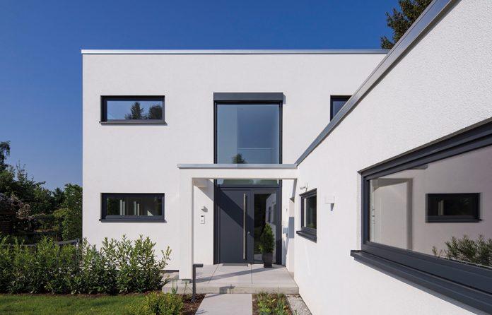 Moderne Hauseingangstür (Foto: FingerHaus)