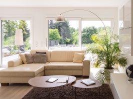 Das Wohnhaus als Lichtoase: Wohlfühlstimmung im Wohnzimmer. (Foto: FingerHaus)