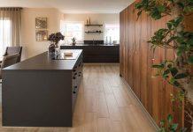 Versteckte Geräte in der Schrankwand und das Kochfeld mit integrierter Dunstabzugshaube lassen die kleine Küche optisch größer wirken. (Foto: FingerHaus)