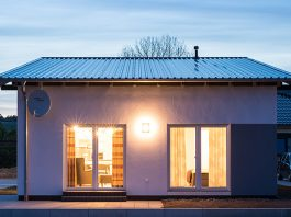 Modernes Fertighaus mit großen Fensterflächen. (Foto: FingerHaus)