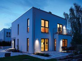 Trends im Fensterbau: moderne, kubische Bauweise mit großen Fensterelementen. (Foto: FingerHaus)