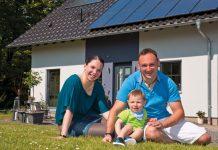Eine fröhliche Familie, die sich in ihrem VIO 300 von FingerHaus das perfekte Zuhause geschaffen hat: Yvonne Bierek, der kleine Maurice und Mario Baumann. (Foto: FingerHaus)