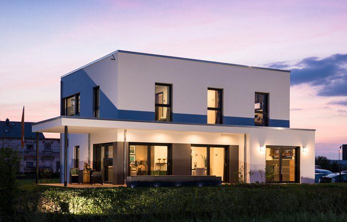 Das Musterhaus MAXIM gibt Bauinteressierten hilfreiche Anregungen, ist aber nur eine Beispiellösung der individuellen Holz-Fertigbauweise. (Foto: FingerHaus)