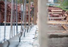 Ein schwieriger Baugrund ist für einen Fertigkeller kein Problem. (Foto: FingerHaus)