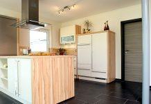 Der Mix aus verschiedenen Materialien in der Küche ist der Trend des modernen Küchendesigns (Foto: FingerHaus)