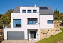 Auch ein Grundstück am Hang kann den idealen Stellplatz für ein individuelles Traumhaus bieten (Foto: FingerHaus)