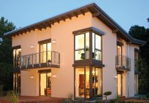 Fenstertrends: Ganzglasecken bieten eine individuelle Optik und viel Tageslicht im Haus (Foto: FingerHaus)
