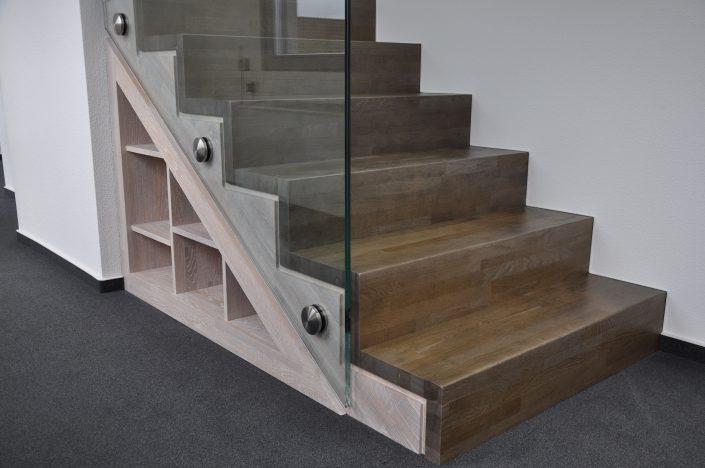 Treppe mit Regal