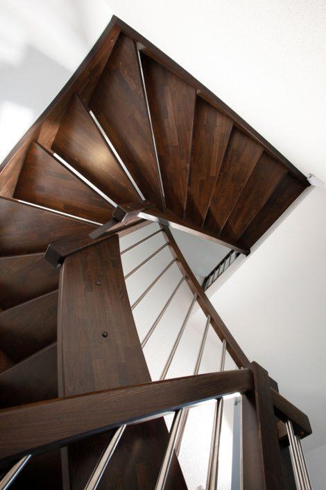 eingestemmte Vollholztreppe Buche, naturbunt, keilgezinkt, gebeizt mit 228 751
