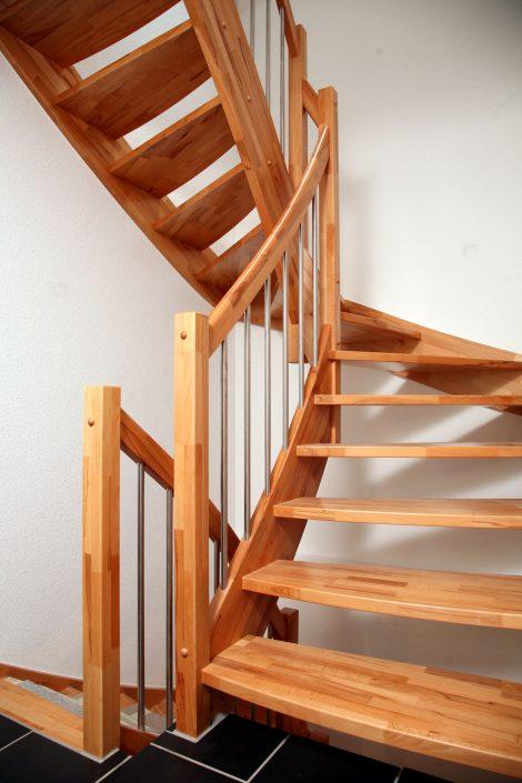 Treppenlieferant für Fertighaushersteller - eingestemmte Vollholztreppe Buche, naturbunt, keilgezinkt