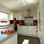 Stadtvilla BRAVUR 130: Küche mit Frau