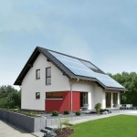 Effizienzhaus VIO 200: Rückansicht mit Photovoltaikanlageund Erker