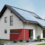 Rückansicht mit Photovoltaikanlage und Erker