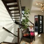 Effizienzhaus VIO 200: Diele mit Vollholztreppe und Lotta