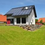 Effizienzhaus VIO 200: Rückansicht mit Erker und Photovoltaikanlage