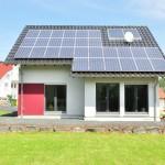 Effizienzhaus VIO 200: Rückansicht frontal mit Erker und Photovoltaikanlage