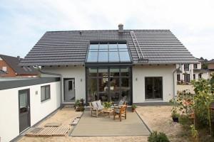 Außenansicht Garten mit Dach aus Glas