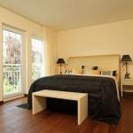 Schlafzimmer mit viel Tageslicht