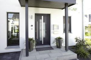 überdachter Eingangsbereich mit Hauseingangstür Foto: FingerHaus