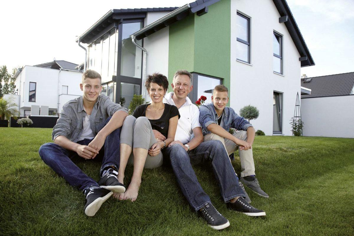 Familie Ohloff vor ihrem Fertighaus von FingerHaus