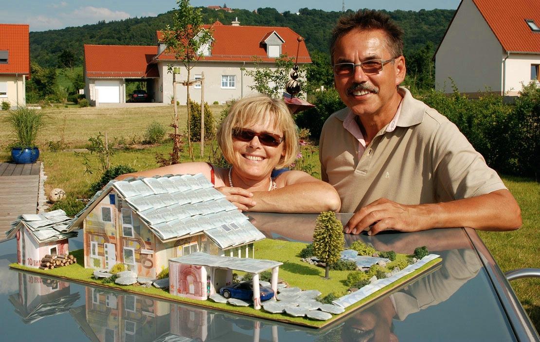 frei geplantes Fertighaus: Eheleute Meyer mit dem Modell vom Eigenheim