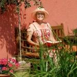 Frau Meyer auf der Terrasse am Lesen