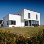 Fertighaus Bauhaus Außenansicht Rückseite mit Glaserker