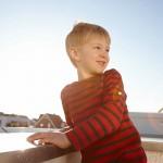 Junge auf Terrasse