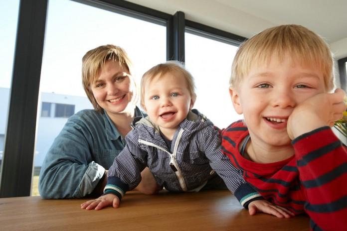Familie Meinecke im Esszimmer. (Foto: FingerHaus)