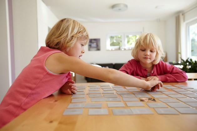 Kinder spielen Memory