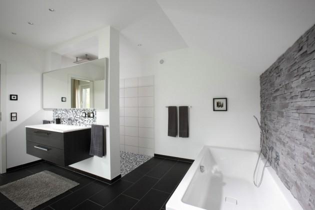 Badezimmer mit Badewanne und Duschnische