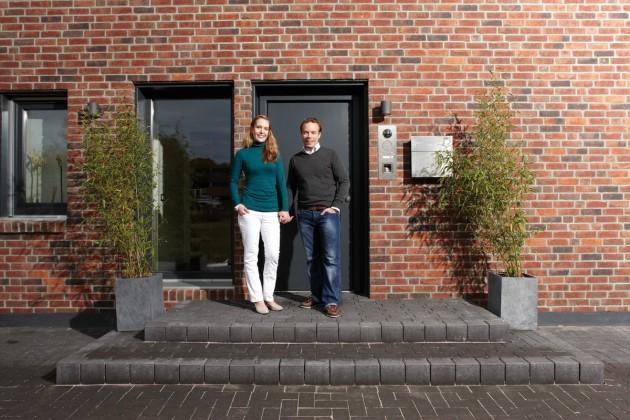 Jennifer und Tim vor der Haustür ihres verklinkertem Eigenheims