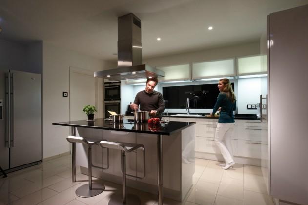 Tim und Jennifer in der Küche mit Kochinsel