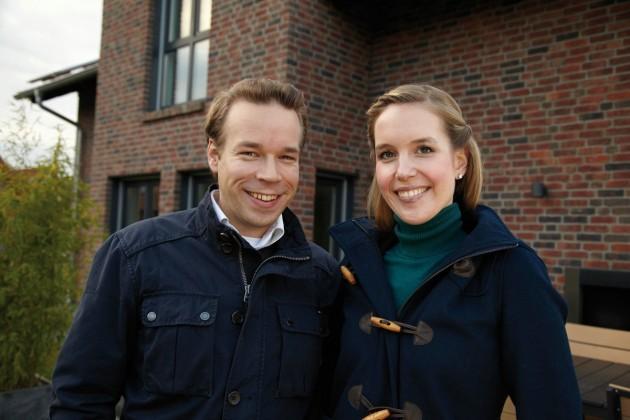 Tim und Jennifer vor ihrem verklinkertem Einfamilienhaus. (Foto: FingerHaus)